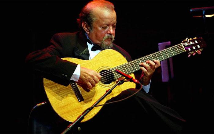 Sebastião Tapajós, tocando violão.